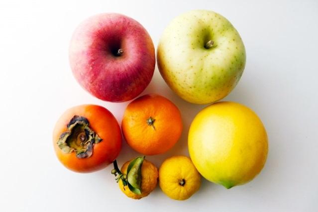 ハムスターにフルーツを餌で